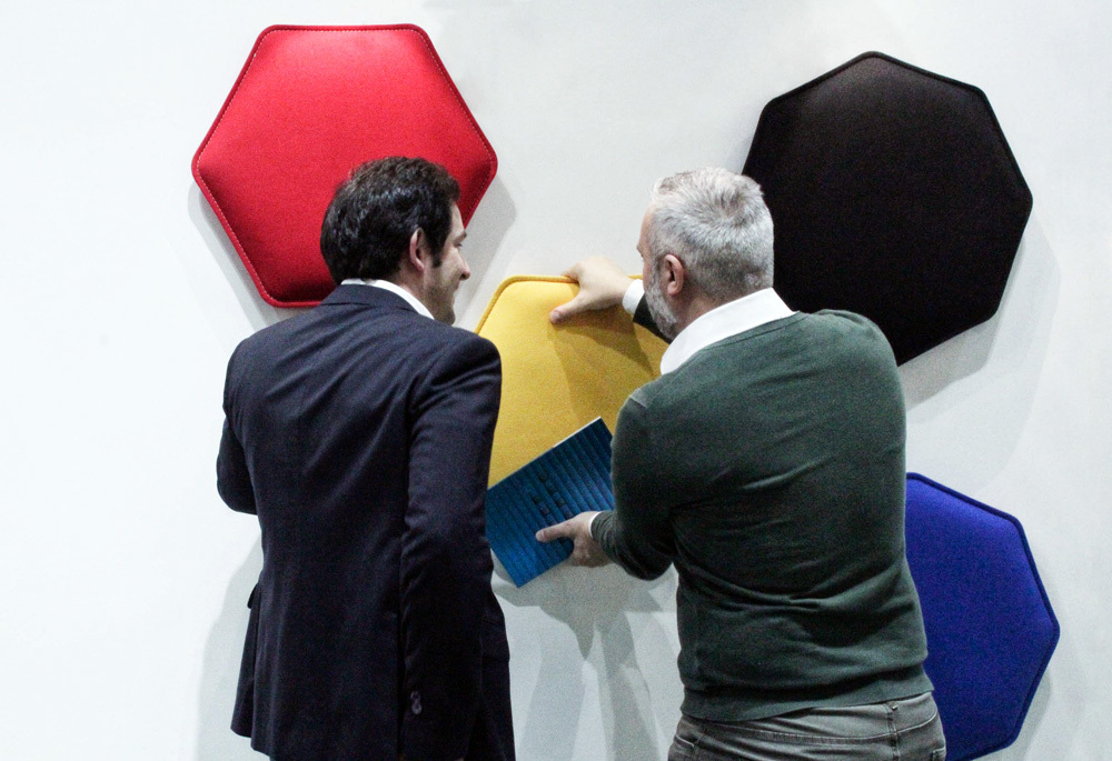 Eterno Ivica's representative demonstrates to a customer the arrangement of Phonolook sound-absorbing panels